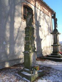 Barokowa kolumna Maryjna i figura ukrzyżowania koło kaplicy św. Floriana na Górze Parkowej w Bystrzycy Kłodzkiej