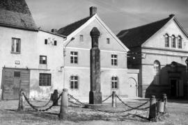 Pręgierz, w tle budynek Muzeum Filumenistycznego, fot. Tadeusz Scelina (ok. 1950 r.)