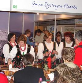 targi turystyczne we Wrocławiu 2009 - degustacja regionalnych potraw przygotowana przez Koło Gospodyń Wiejskich